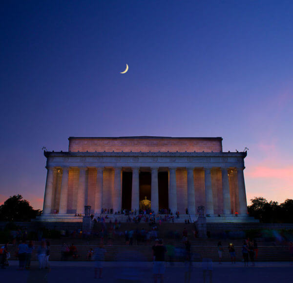 view of lincoln memorial on dc monuments night tour